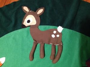 Bambis ben hænger frit og rasler, når man bevæger dem. I ørene er der knitrepapir.
